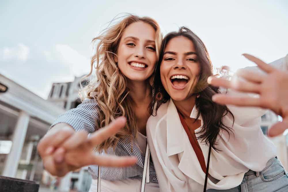 deux femmes prennent des photos