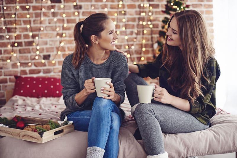 deux, jeune femme, conversation, et, café buvant