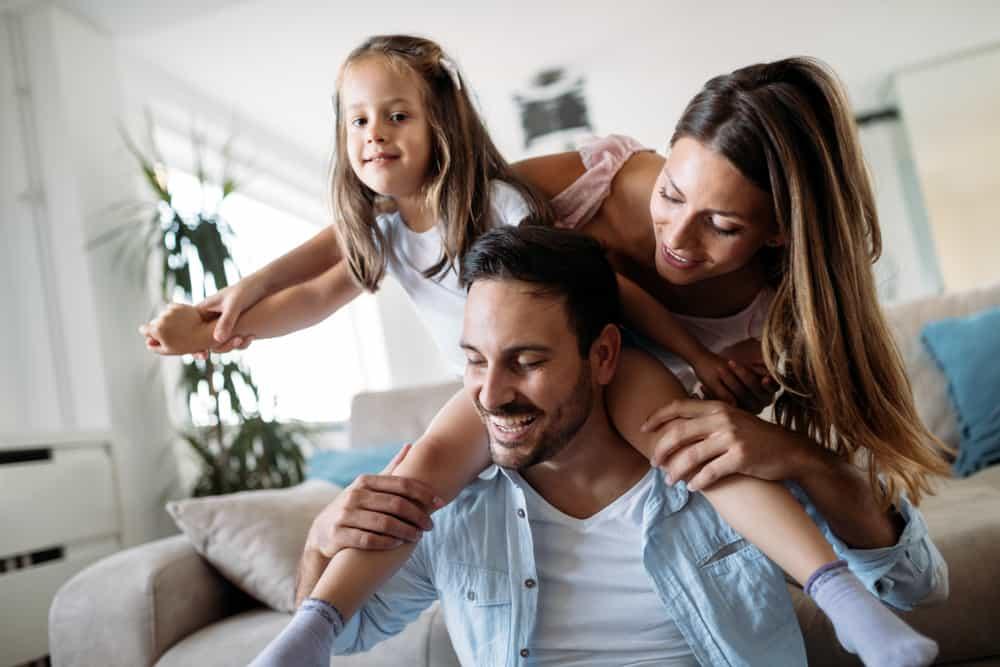famille heureuse, s'amuser à la maison