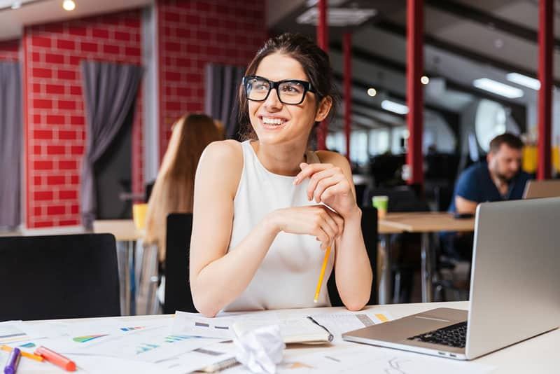 femme souriante, à, lunettes, regarder loin