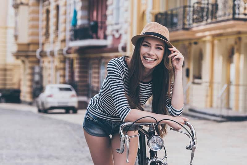 femme souriante, debout, à, vélo