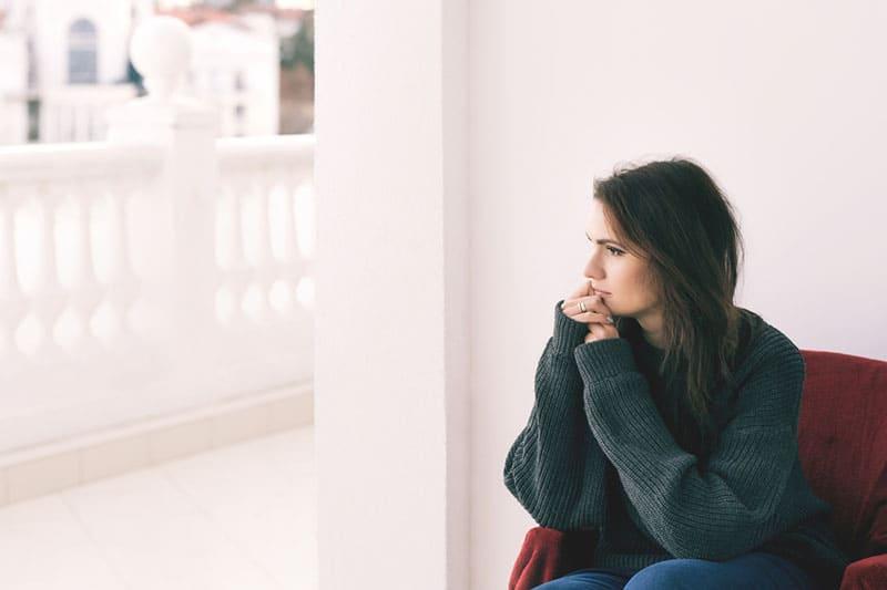 femme triste assise seule et pensant