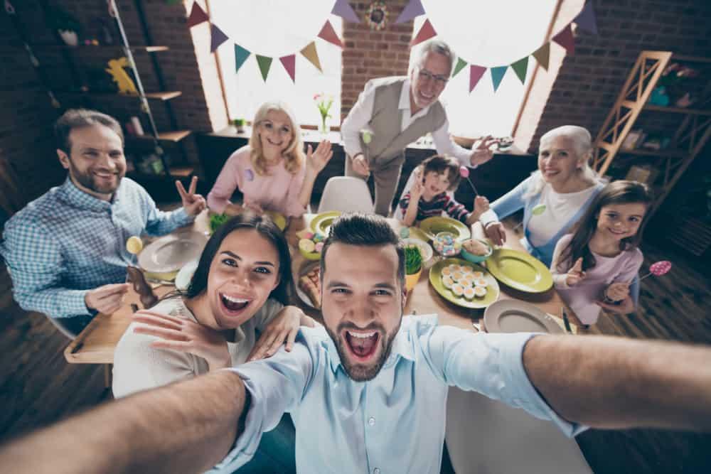 heureuse grande famille lors d'une fête d'anniversaire prend une photo de selfie