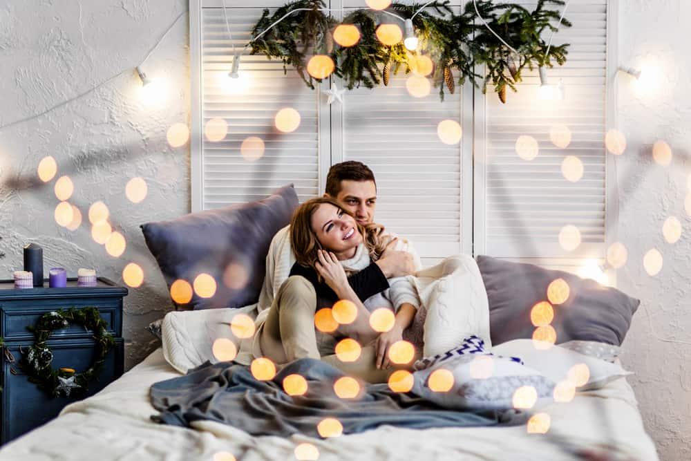 heureux couple aimant aime le lit