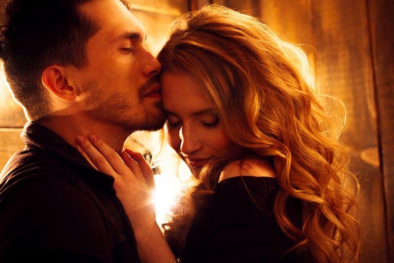 homme sensuel, baisers, femme
