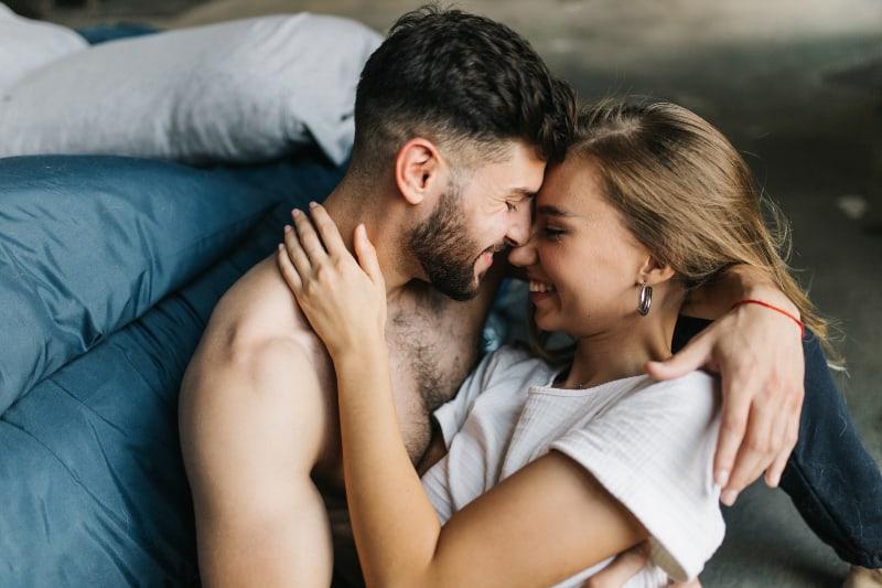 homme tenant une fille dans ses bras