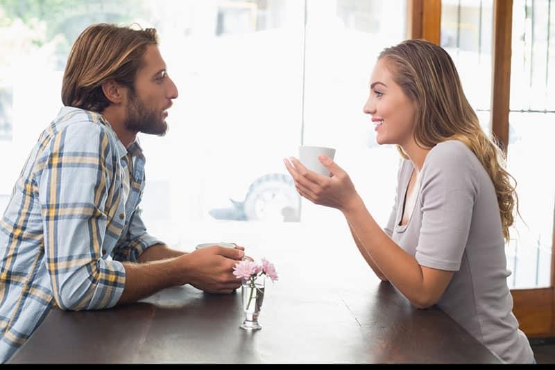 jeune couple, parler, dans, pause café