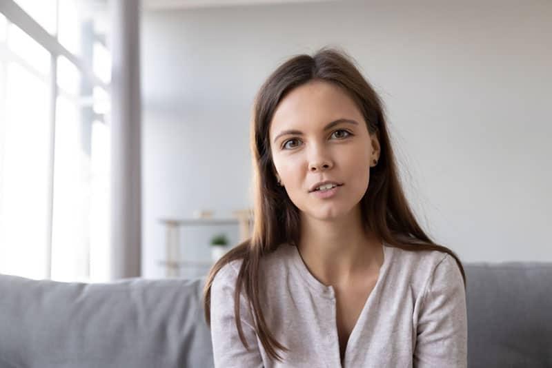 jeune femme parlant