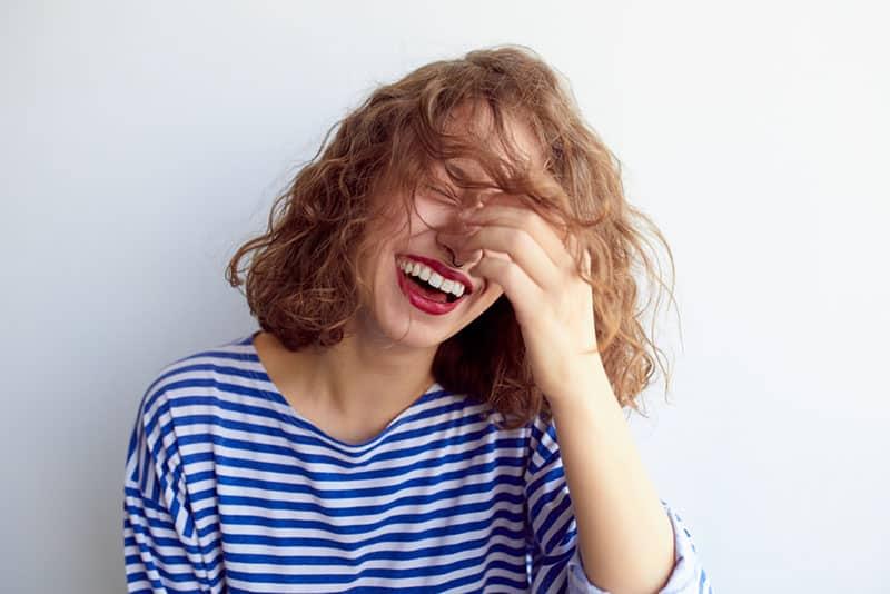 jolie femme en riant