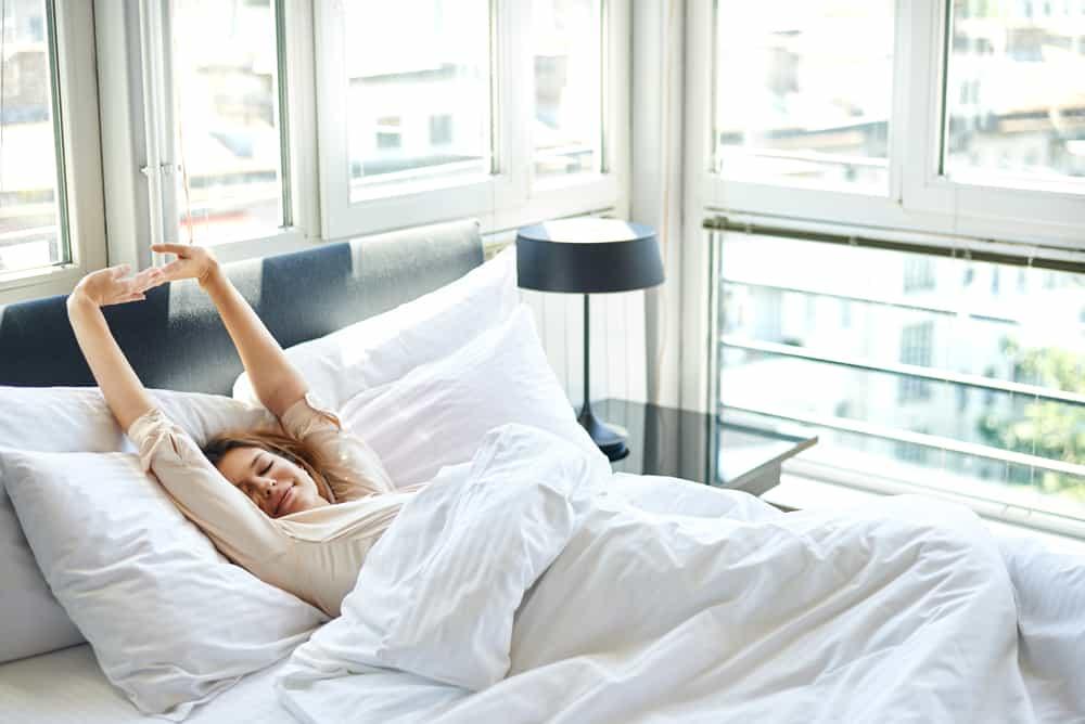 la brune se réveille dans son lit le matin