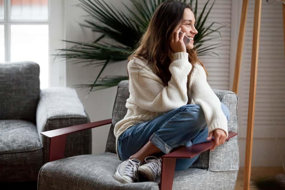 la femme dans le fauteuil parle au téléphone