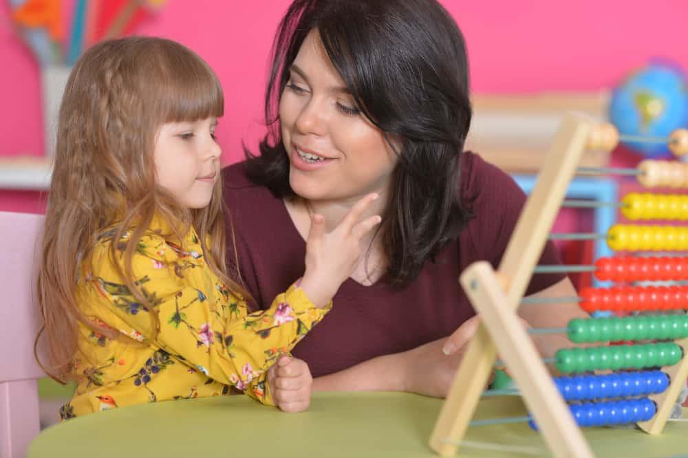 la mère apprend à la fille à utiliser un boulier