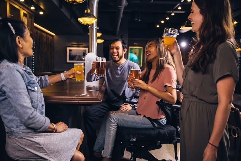 le bar boit des bières