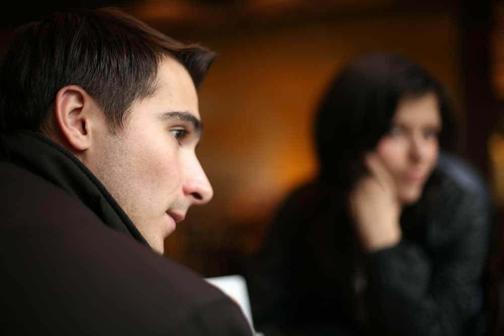 le couple amoureux se tait lors de la réunion