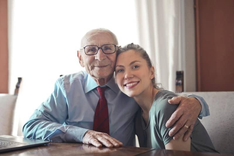 le vieux père embrasse sa fille