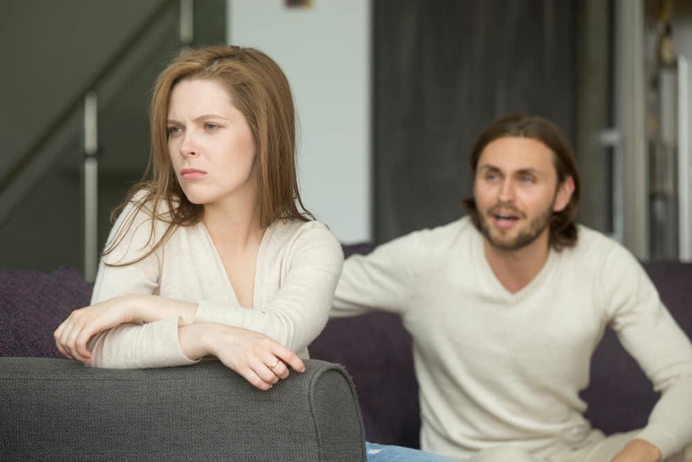 l'homme crie à la femme alors qu'elle lui tourne le dos