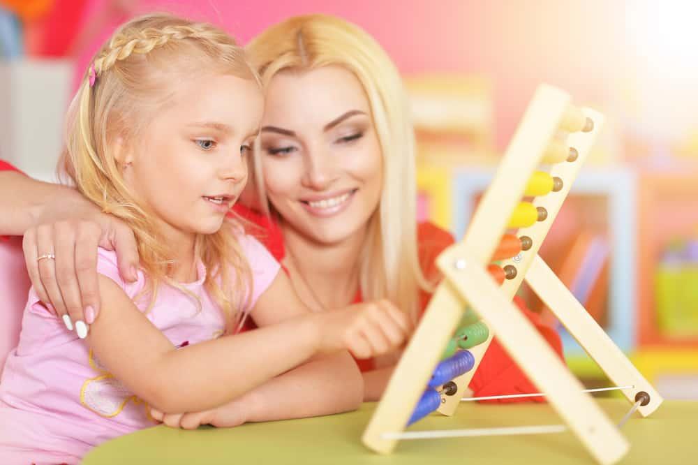 mère et fille utilisent boulier