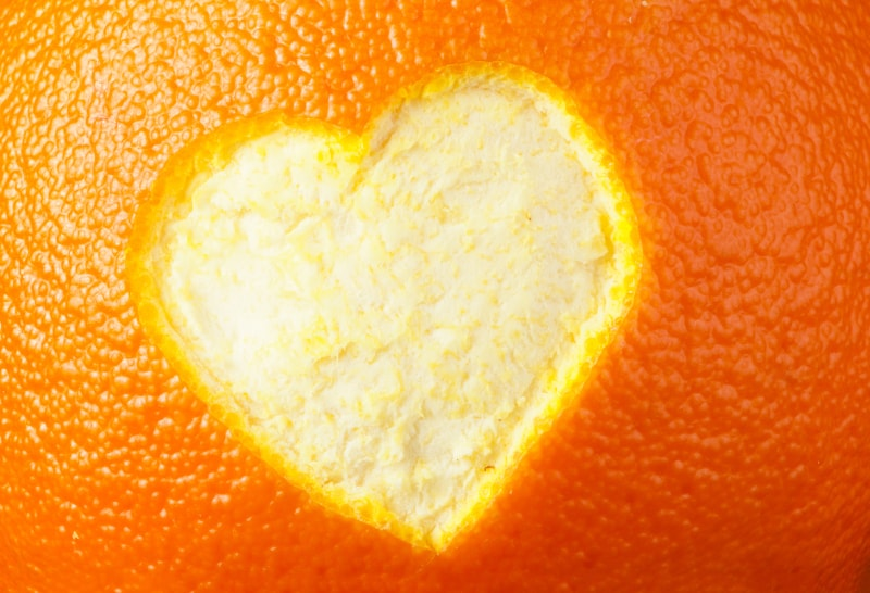 un coeur dessiné sur une orange