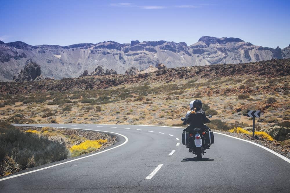 un couple amoureux voyage quelque part en moto
