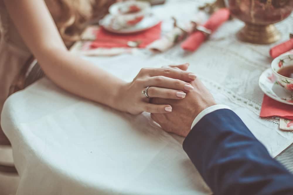 un couple au déjeuner main dans la main