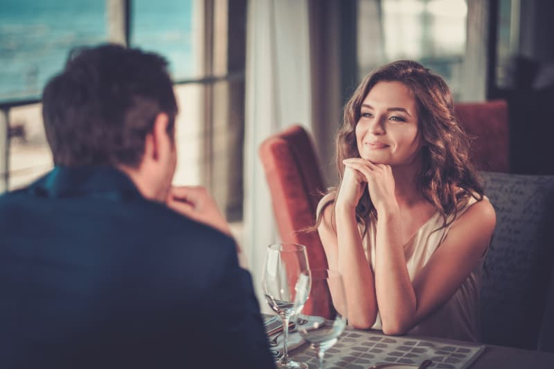 un couple charmant dans un restaurant