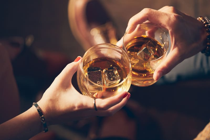 un couple grillé avec de l'alcool