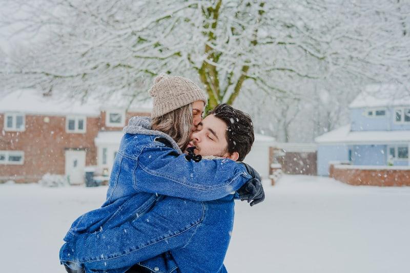 un couple joue dans la neige