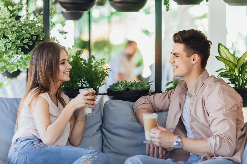 un couple qui parle dans le jardin d'été du restaurant