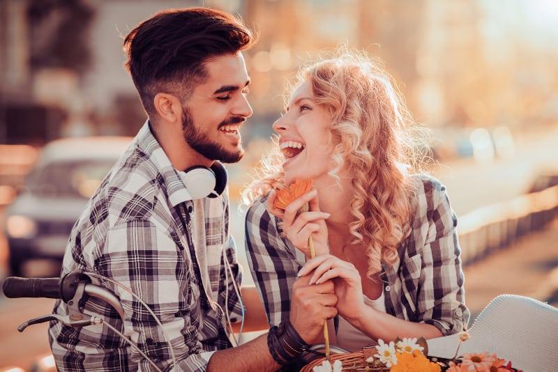 un couple rit et profite d'une journée ensoleillée