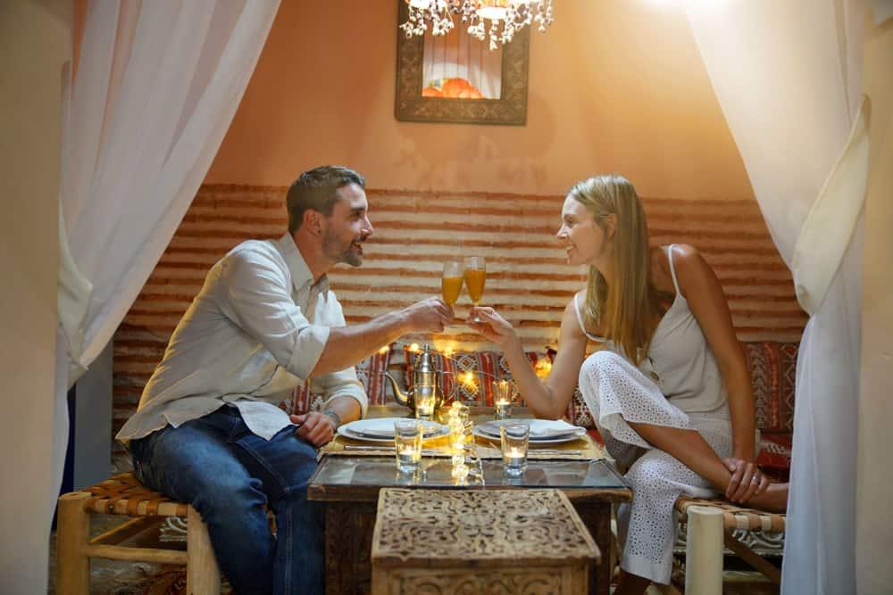 un dîner romantique d'un couple amoureux