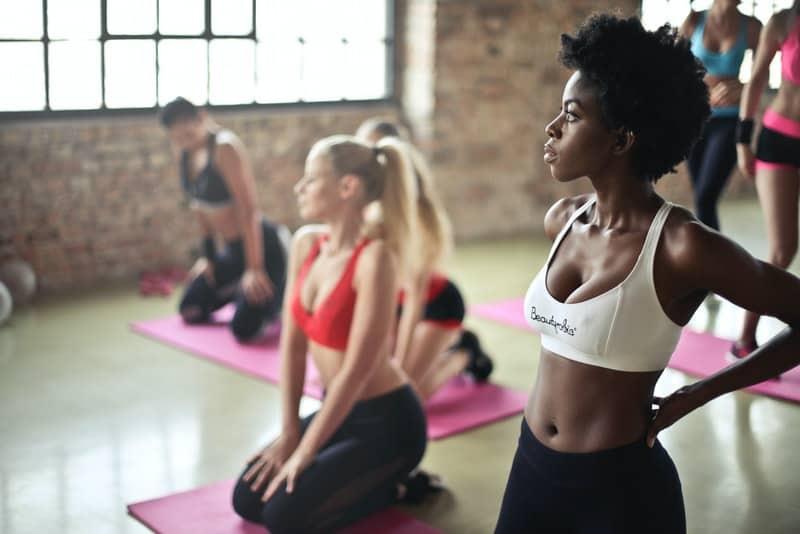 un groupe de femmes faisant de l'aérobic