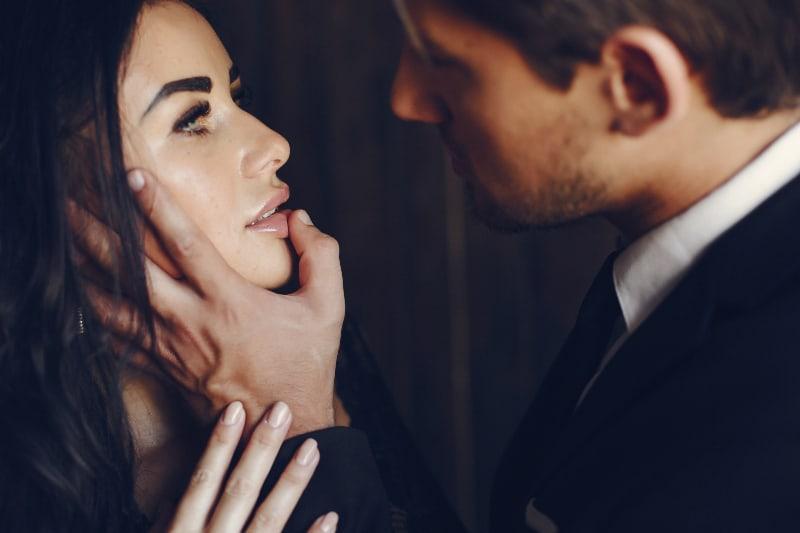 un homme élégant en costume noir et sa femme