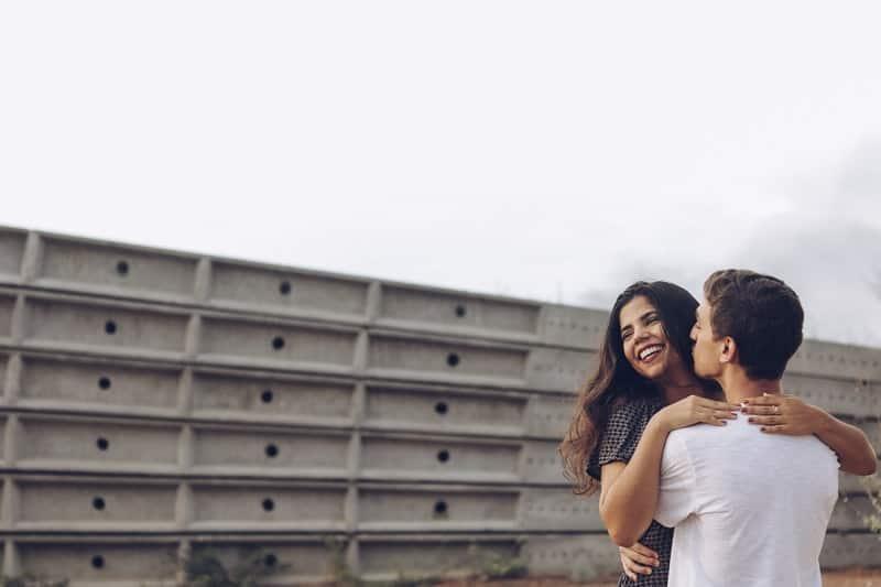 un homme avec une femme en l'embrassant