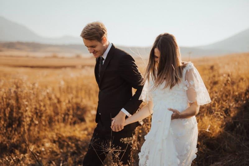 un homme avec une femme qui traverse le champ