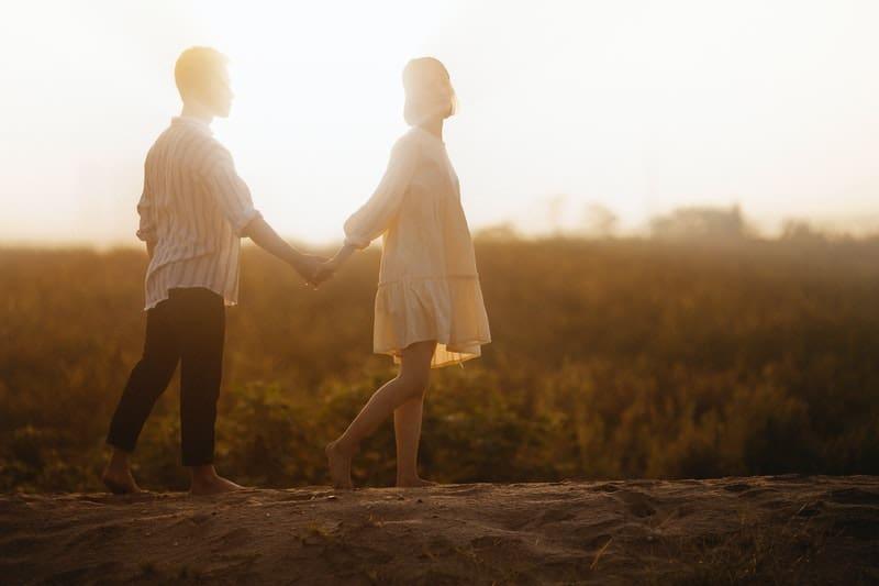 un homme avec une femme tenant par la main