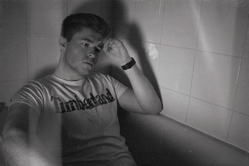 un homme déçu est assis dans la baignoire