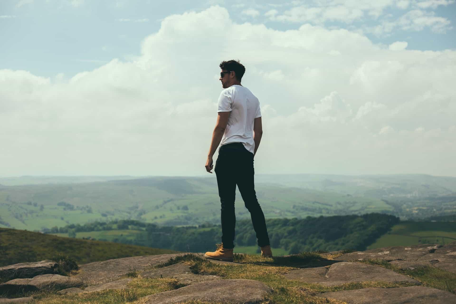 un homme debout sur une montagne