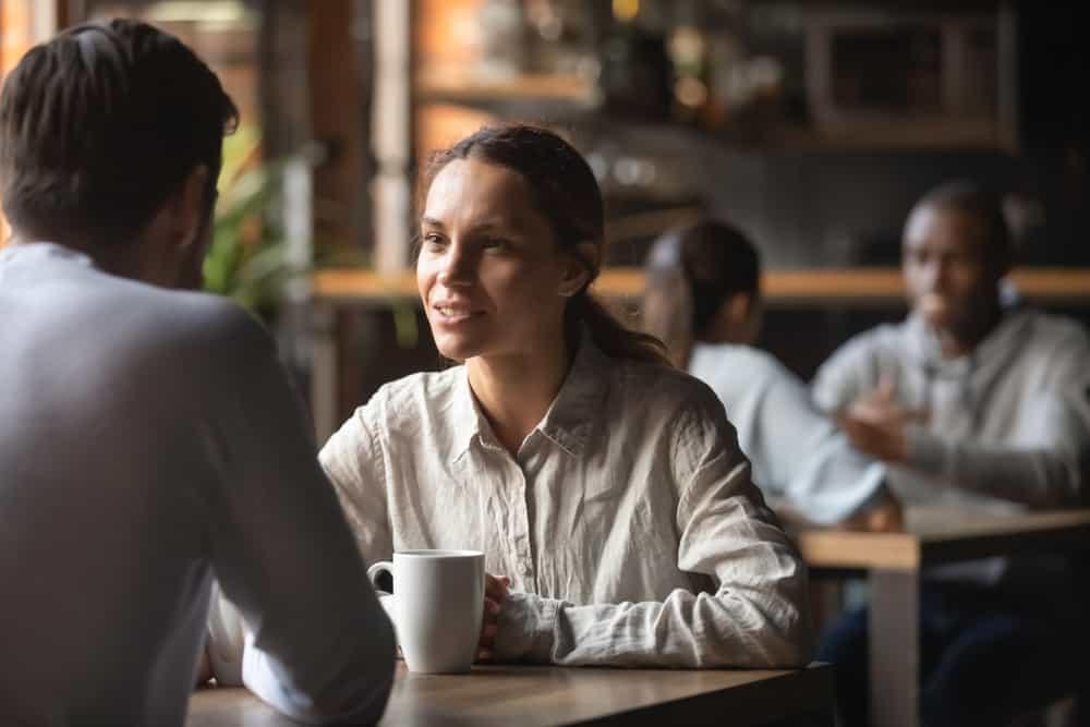 un homme et une femme buvant du café