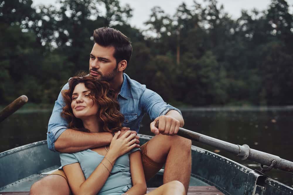 un homme et une femme dans un bateau embrassant