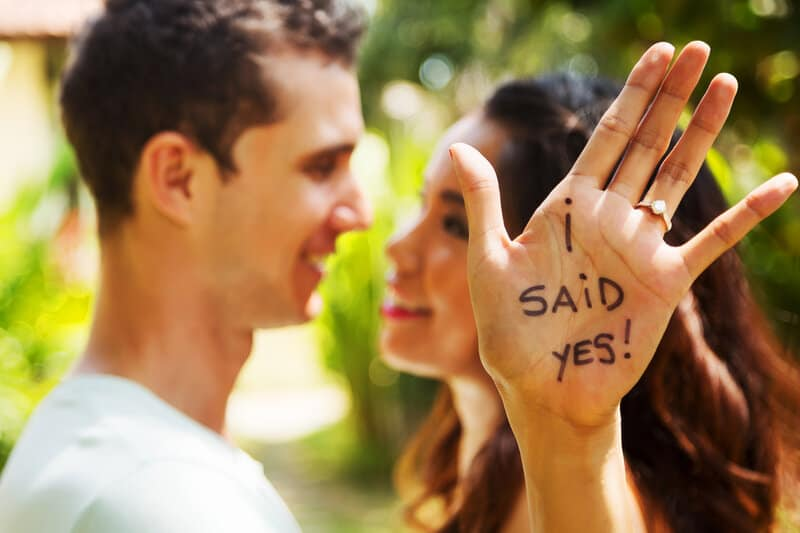 un homme et une femme se sont fiancés