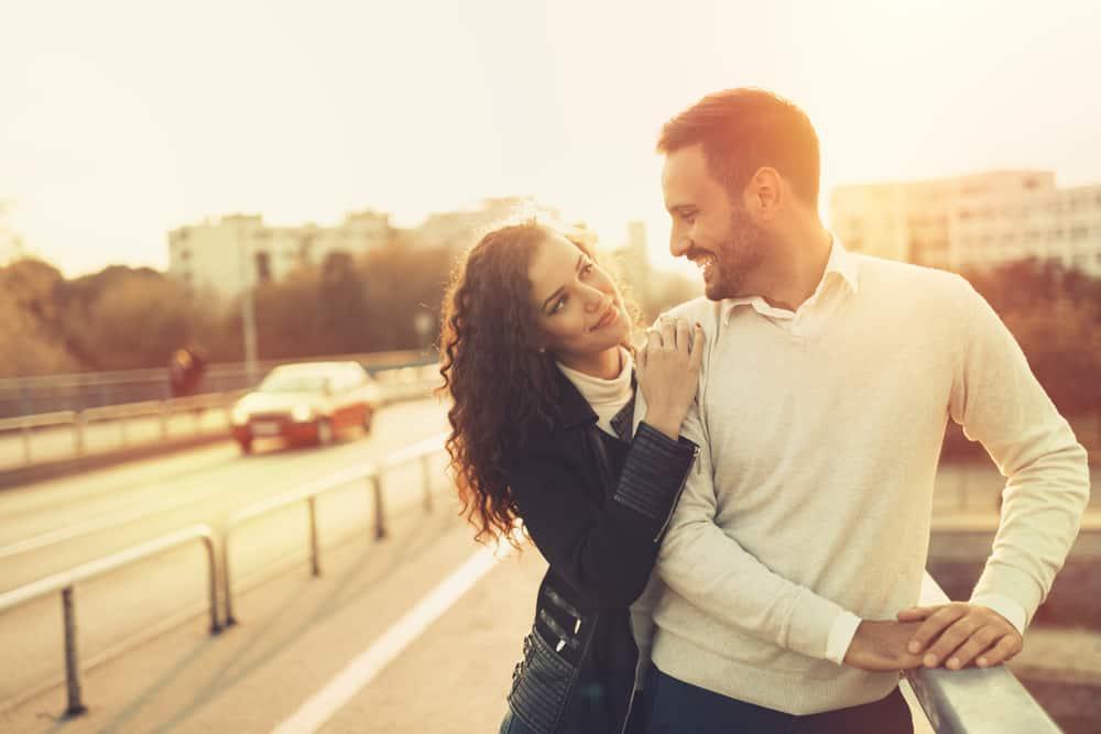 un homme et une femme se tiennent près du pont et se regardent