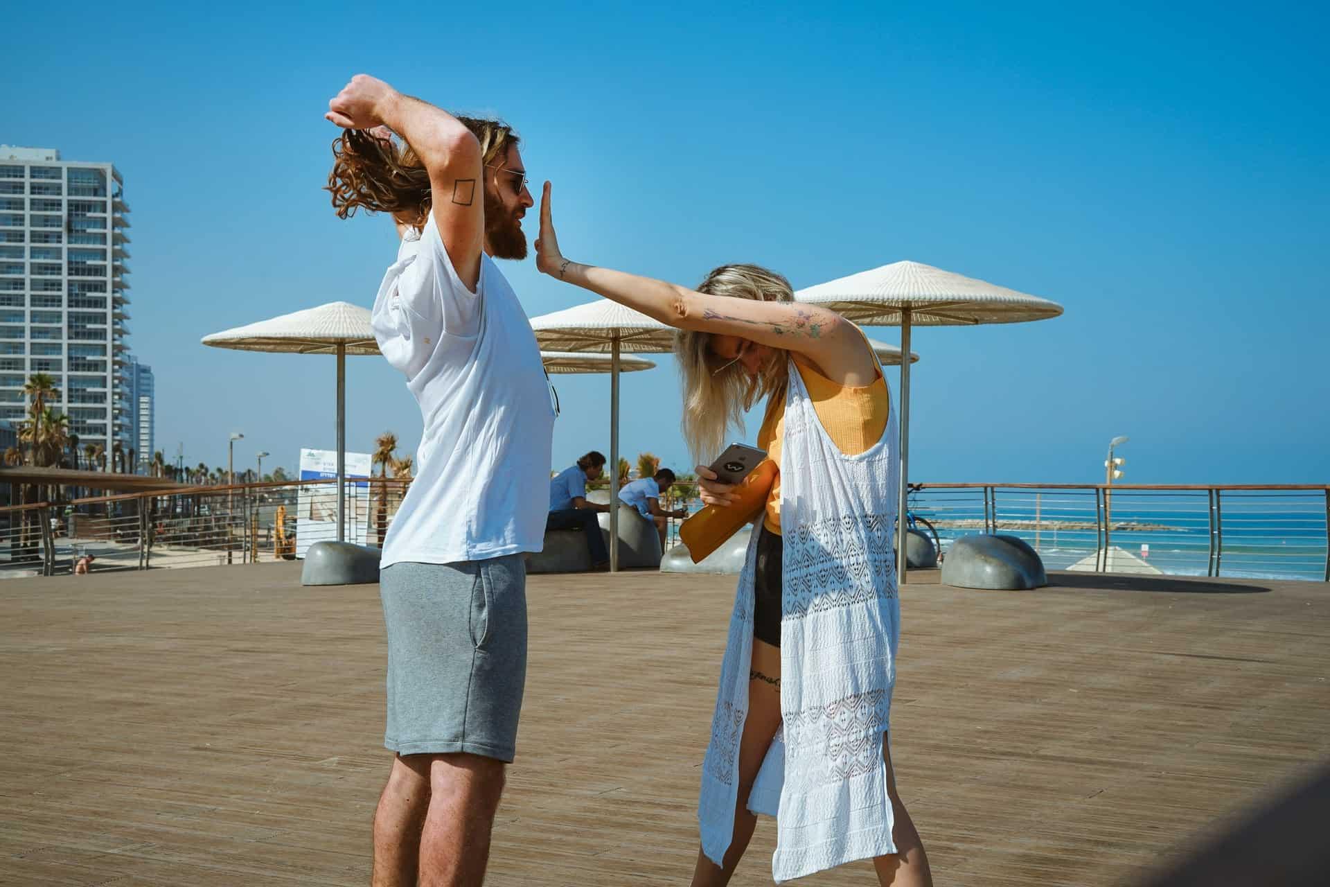 un homme et une femme sur la plage
