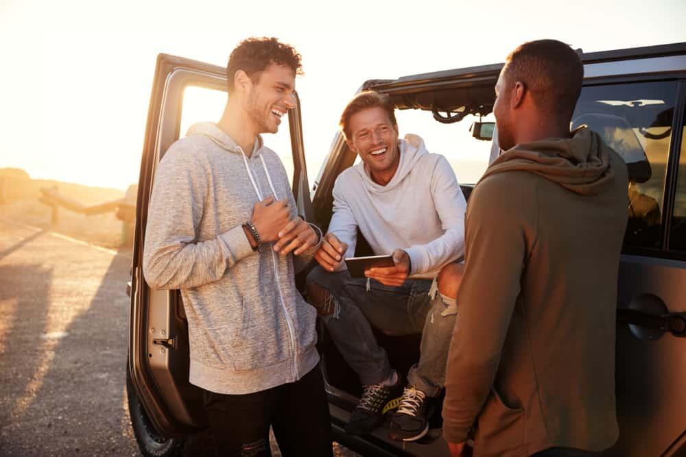 un homme rit avec des amis