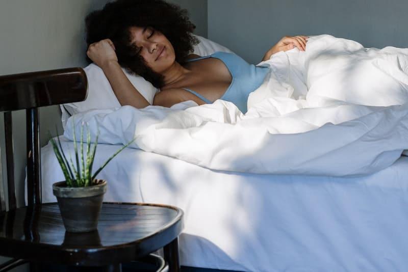 une belle femme noire dort dans la chambre