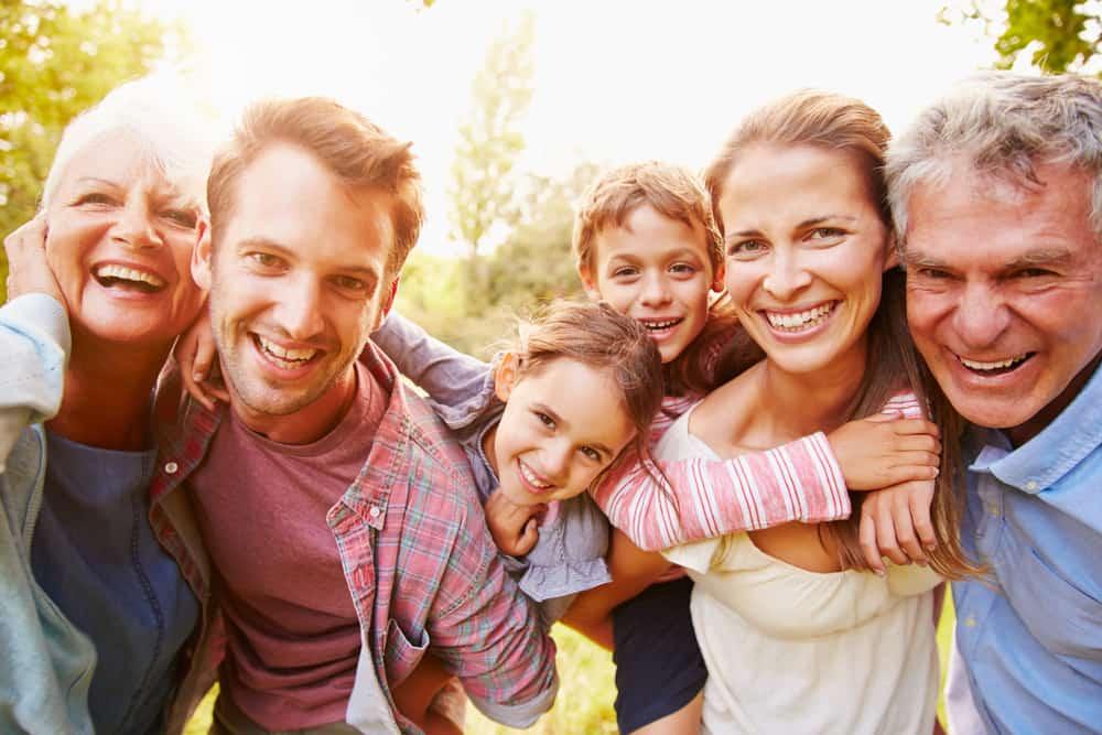 une famille heureuse profite du plein air
