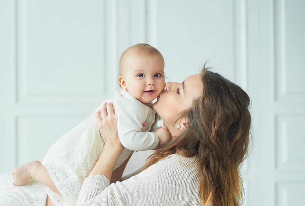 une femme aime un enfant