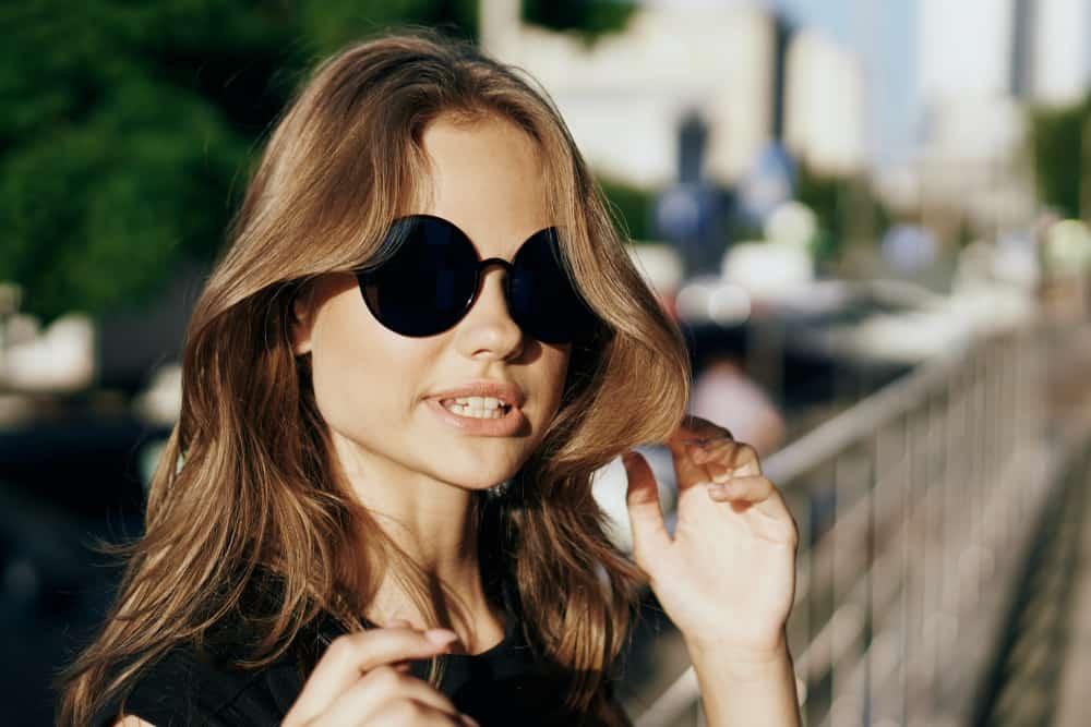 une femme avec des lunettes sur la tête