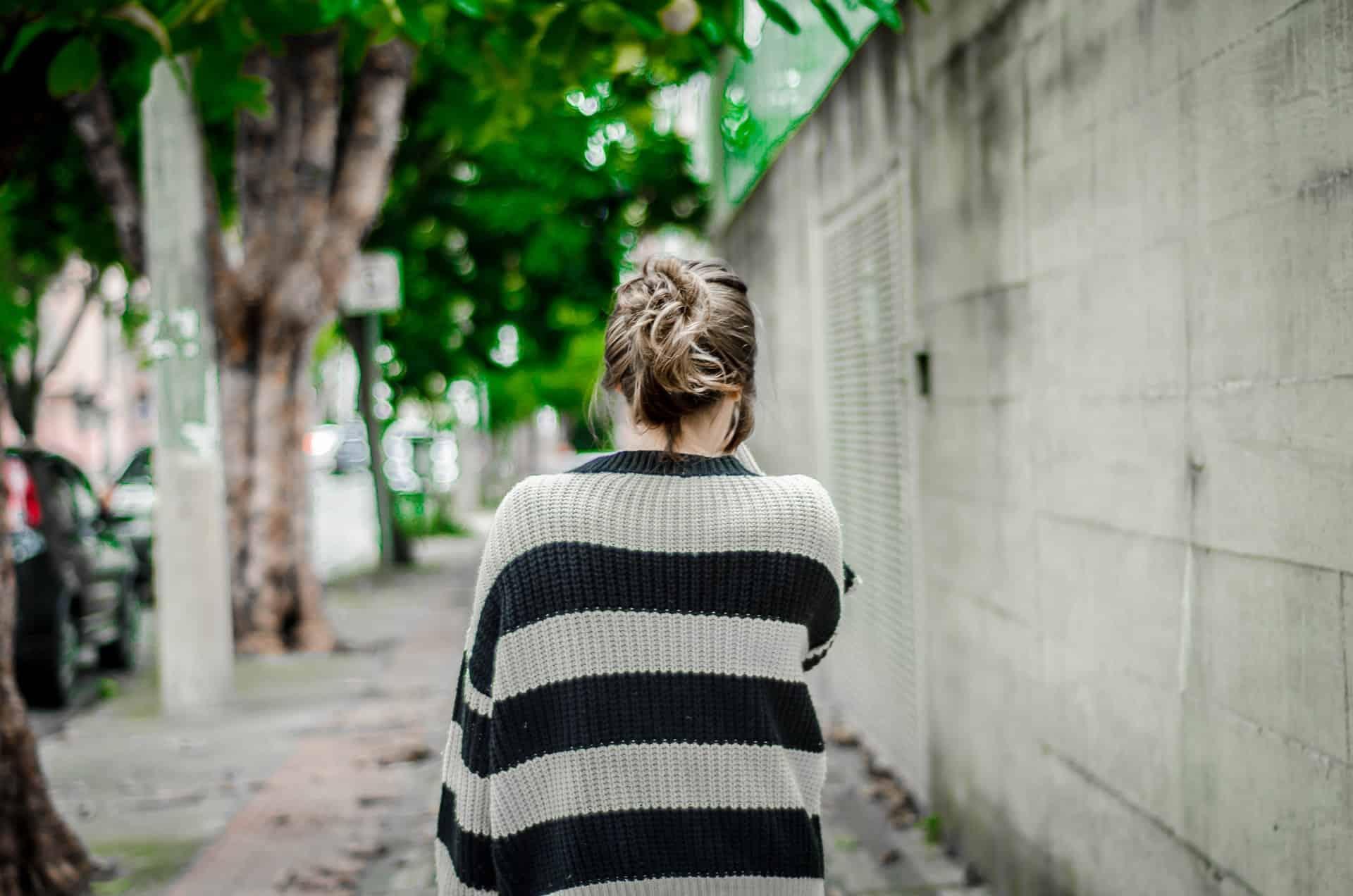 une femme dans un ensemble pull noir et blanc