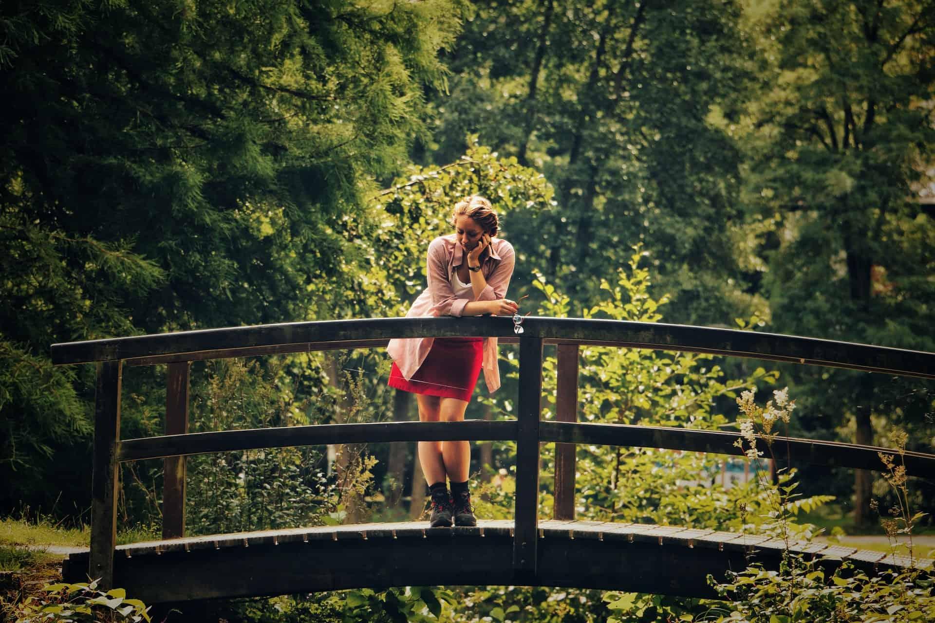 une femme debout sur un pont