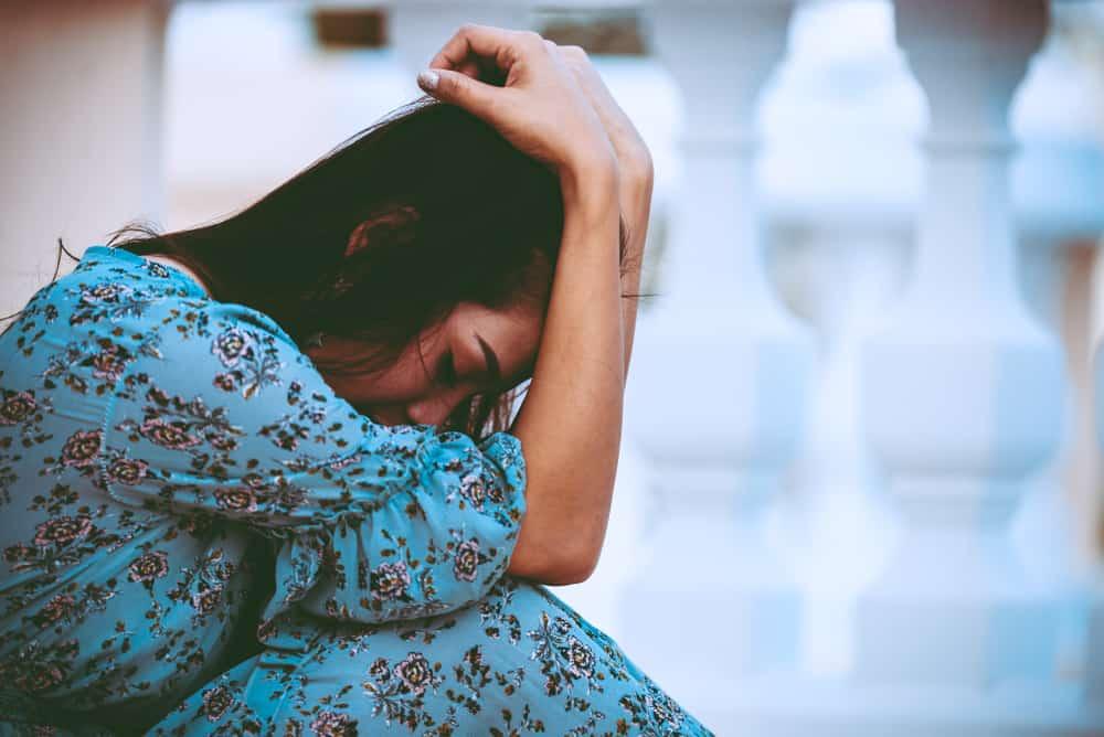 une femme la tête baissée